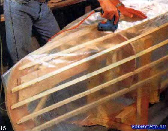 В подготовленном к обклейке фанерой и (или) шпоном наборе все элементы, не подлежащие соединению с корпусом каноэ, укрывают полиэтиленовой пленкой или клейкой лентой