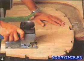 Внутри шпангоутов-лекал выпиливают фанеру так, чтобы шпангоуты можно было плотно надеть на несущие балки стапеля