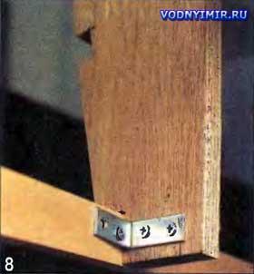 Привальные брусья при укладке в вырезы шпангоутов надежно скрепляют мебельными уголками на шурупах