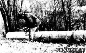 Лодку-долбленку можно сделать непосредственно на берегу реки. На фото — старейший мастер-лодочник Яков Евменович Соломенников