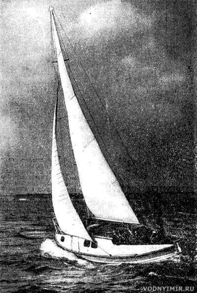 Яхта из шлюпки на ходу под парусами