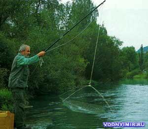 рыбалка на паука с моста видео