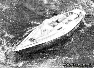 Яхта «Ариадна» со сломанной мачтой, оставленная экипажем